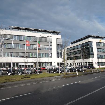 Bürogebäude mit Parkplatz