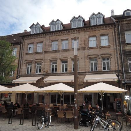 Außenansicht Wohnhaus mit Cafe