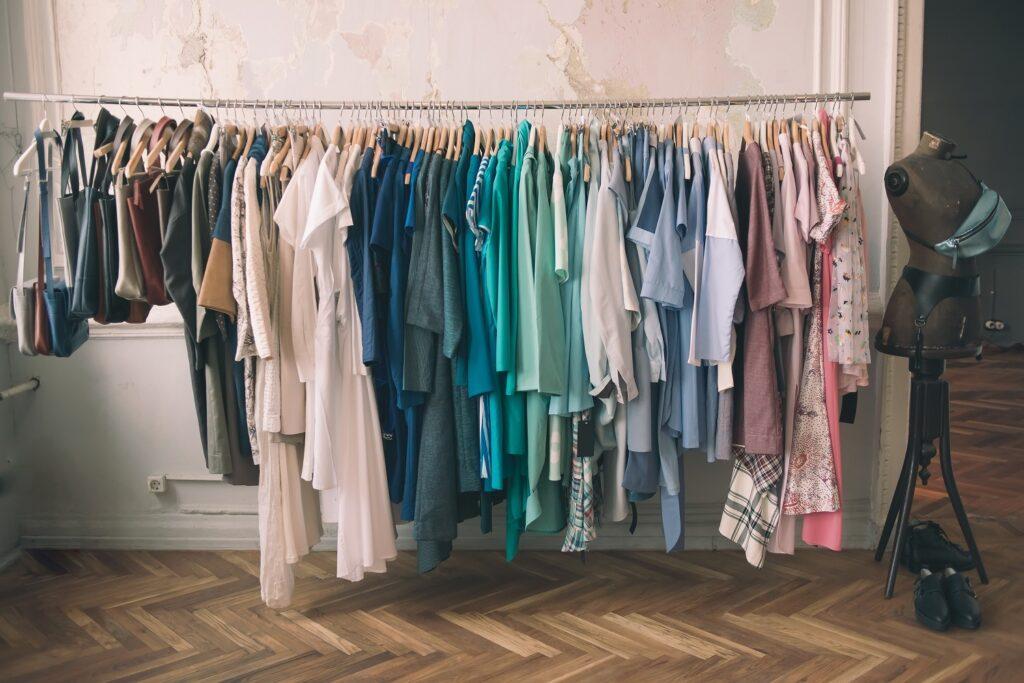 bunte Taschen und Kleidung auf Kleiderstange