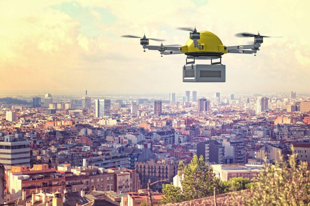 Drohne mit Paket über Großstadt