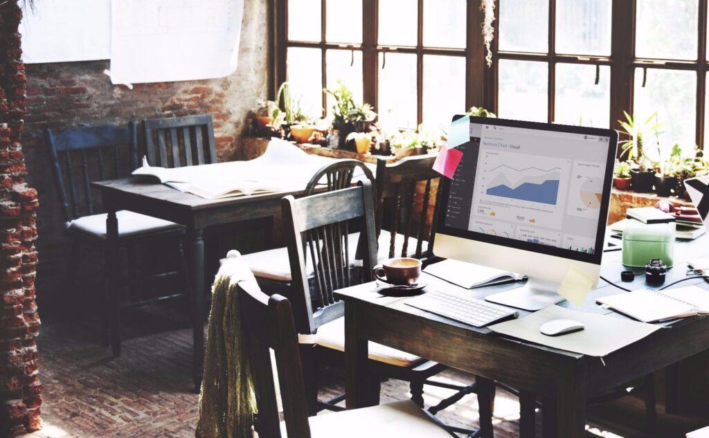 Tische und Stühle und Bildschirm in Backsteingebäude