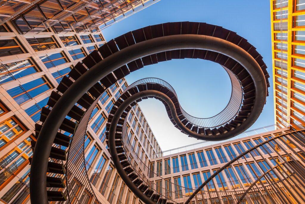 gebogene Außentreppe KPMG Gebäude München