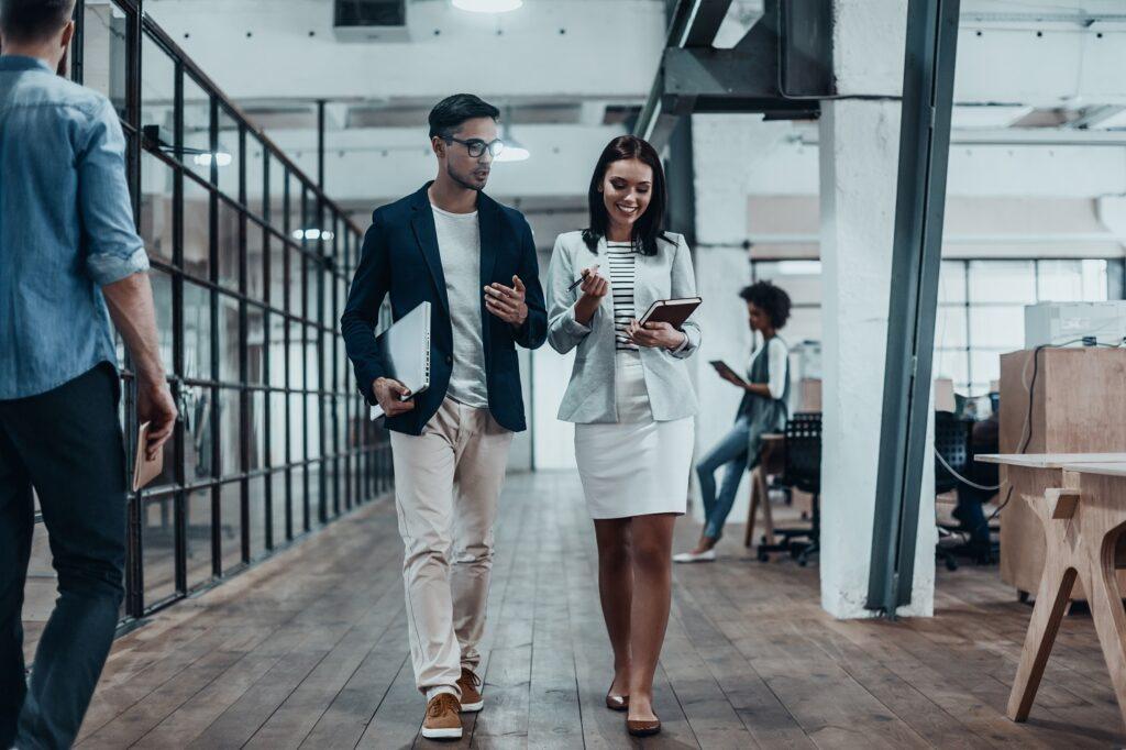 junge Businessleute in Industrie-Loft
