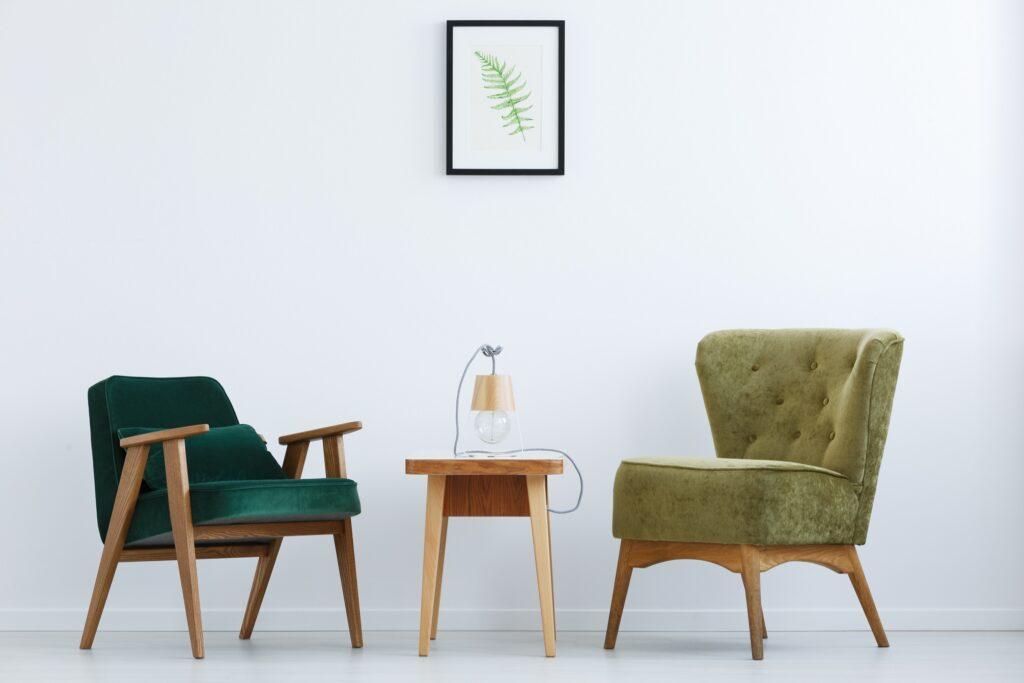 unterschiedliche grüne Sessel in weißem Raum