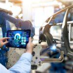 Roboter schweißt Autokarosserie