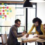 Die Transformation der Arbeit wird derzeit in vielen Unternehmen diskutiert. Es geht darum, wie wir in Zukunft arbeiten, welche Schritte dazu notwendig sind und wie sich der Wandel auf Zufriedenheit sowie Performance der Mitarbeiter auswirkt. Welche Chancen und Risiken birgt der Wandel?