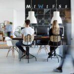 Agile Working, flexibles Arbeiten oder traditionelle Büroarbeit? Lassen Sie uns einen Blick darauf werfen, worin sich die einzelnen Arbeitsweisen unterscheiden, welche Vorteile sie jeweils bieten und wie sie sich auf die Bürostruktur auswirken.